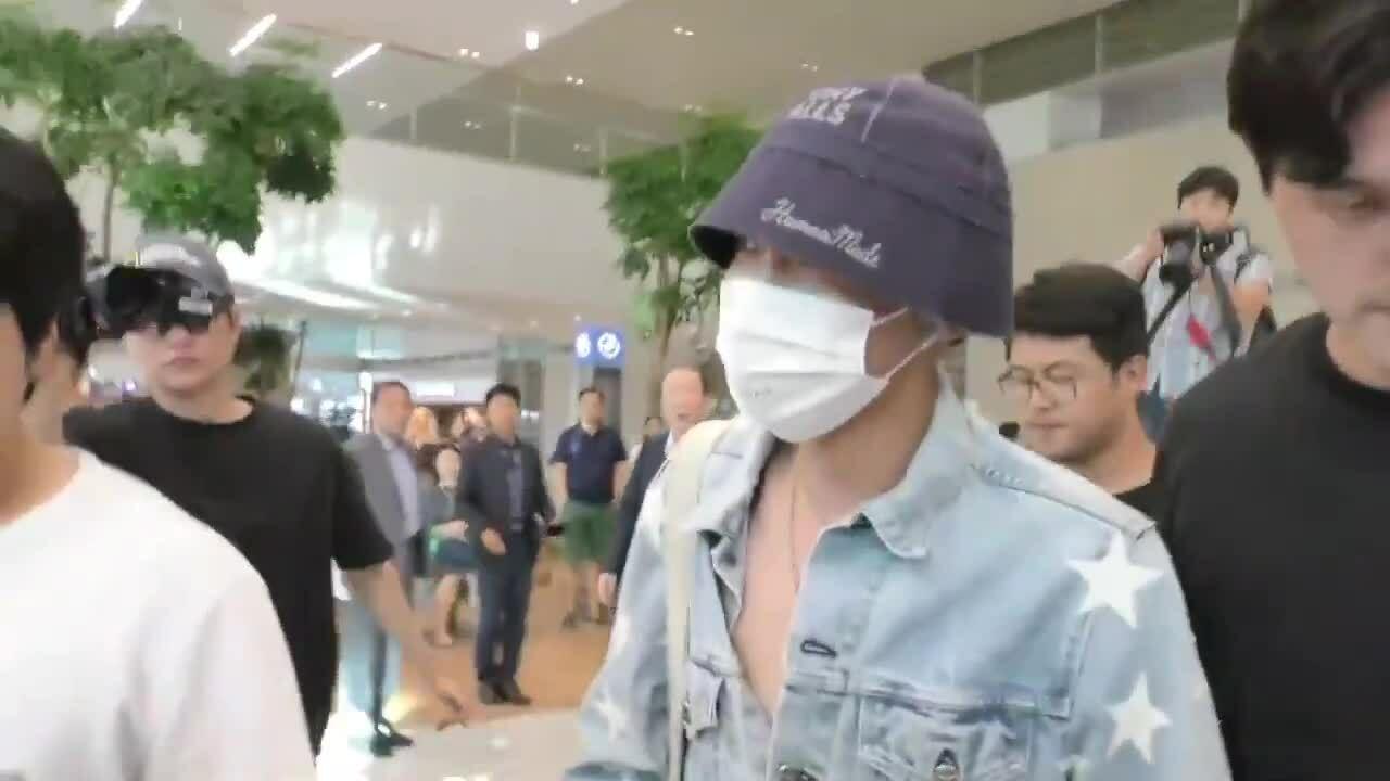 J-Hope (BTS) gây sốc khi mặc quần tụt, phanh áo hờ hững tại sân bay