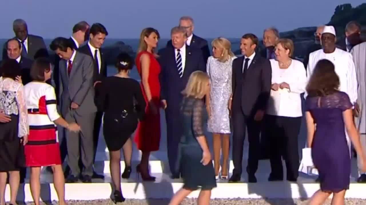 Đệ nhất phu nhân Mỹ hôn Thủ tướng Canada khi nắm tay chồng