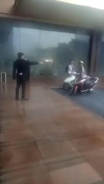 Nhân viên khách sạn Grand Plaza đuổi người trú mưa khi đang giông lốc