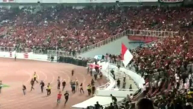 CĐV Malaysia bị khán giả chủ nhà Indonesia truy đuổi, tấn công