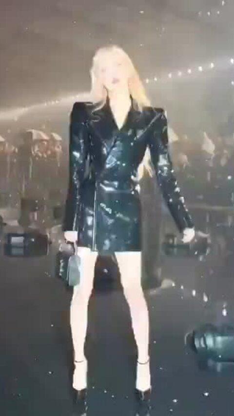 Rosé bị soi chân gầy tong teo khi dự Paris Fashion Week