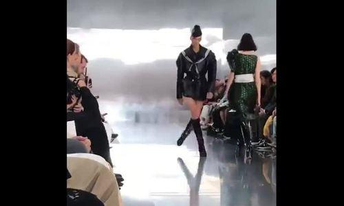 Nam người mẫu sải bước 'hùng hục' trên sàn diễn