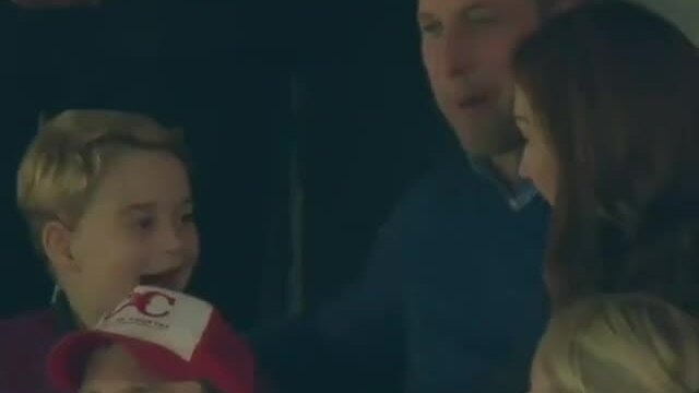 Hoàng tử George cổ vũ bóng đá với bố mẹ