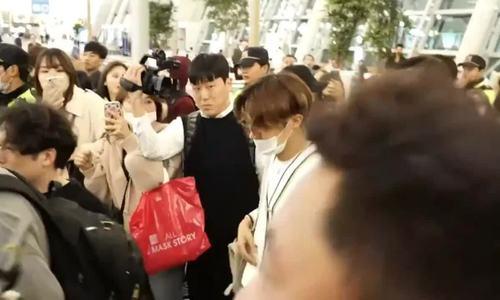 BTS gây náo loạn sân bay lúc nửa đêm