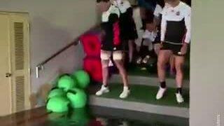 Tuyển thủ bóng bầu dục Nhật lội qua dòng nước lũ để đến sân tập luyện