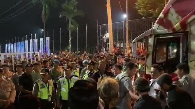 CĐV Indonesia đòi HLV McMenemy 'hãy cút đi'