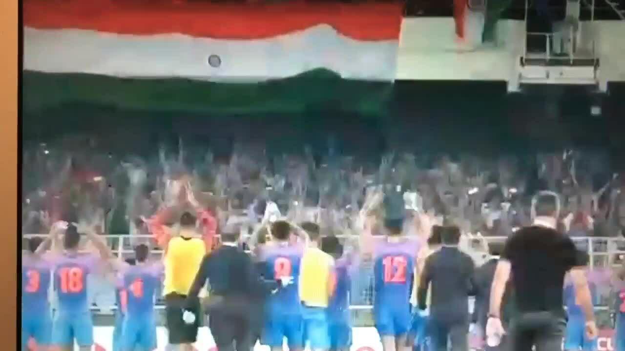 Hòa vẫn ăn mừng kiểu 'Viking Clap' cầu thủ Ấn Độ bị chửi sấp mặt