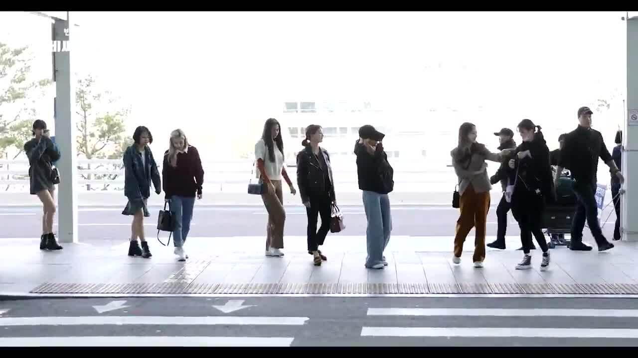 Twice 'tay bắt mặt mừng' khi tình cờ gặp Jeon Somi ở sân bay