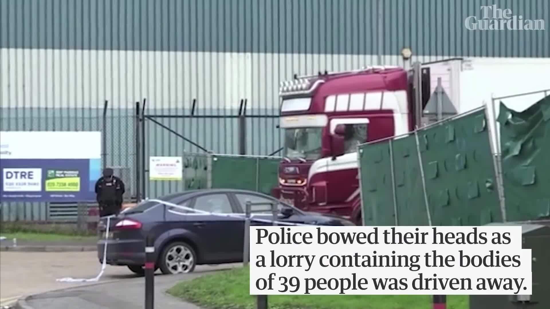 Hành động 'ấm lòng' của cảnh sát và người Anh trước nạn nhân xấu số
