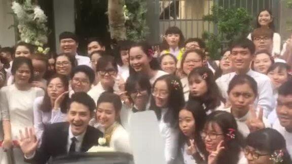 Fan chụp hình cùng Đông Nhi - Ông Cao Thắng trong lễ hỏi