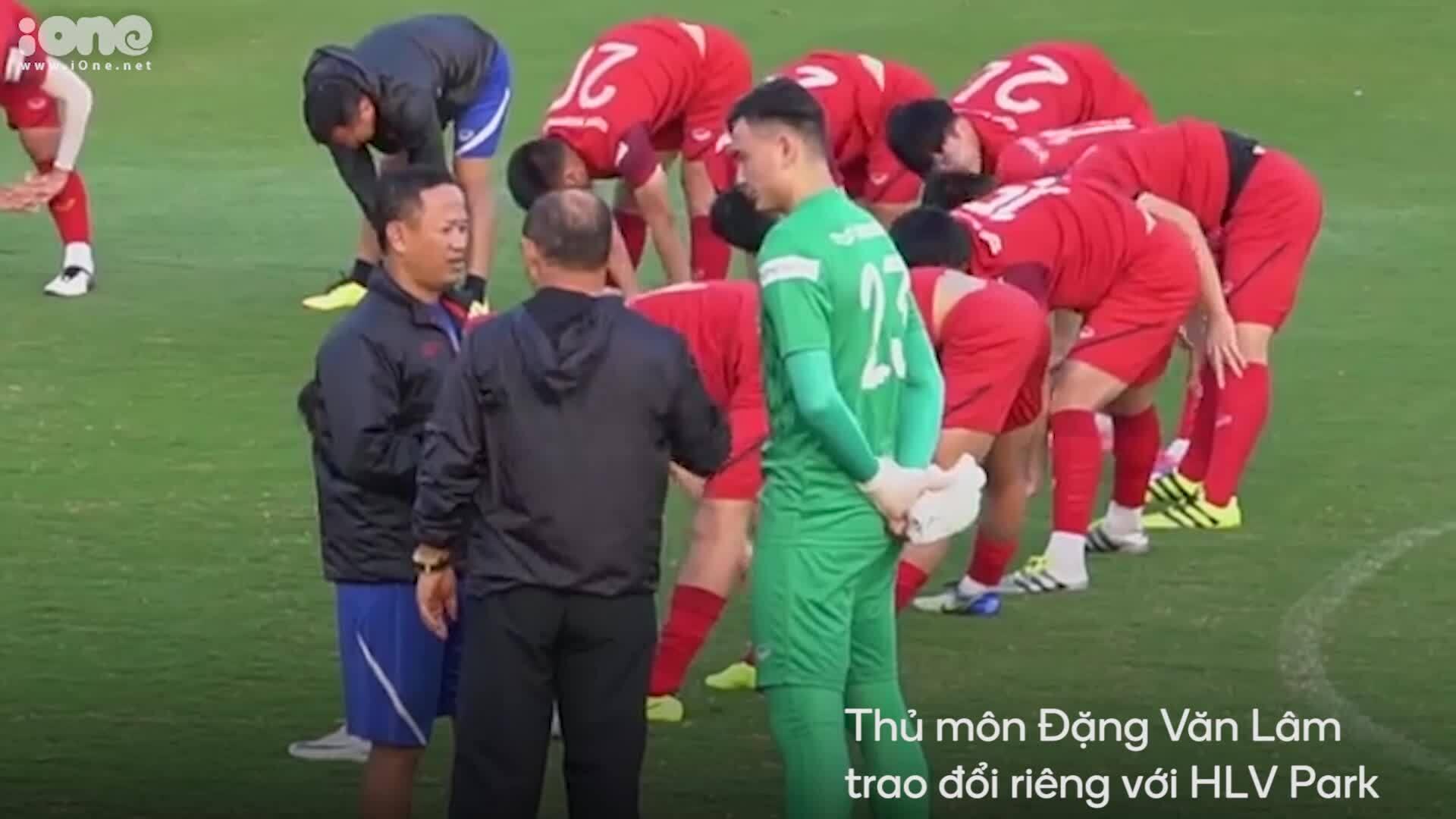 HLV Park Hang-seo dặn dò hàng thủ tuyển Việt Nam trước trận đấu với Thái Lan