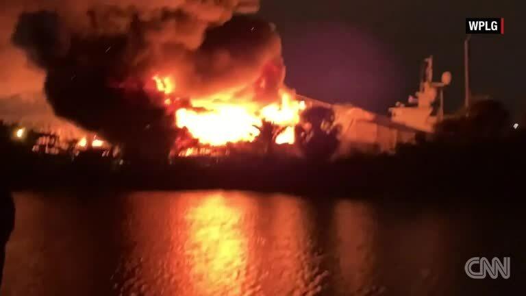 Hai du thuyền triệu USD bốc cháy