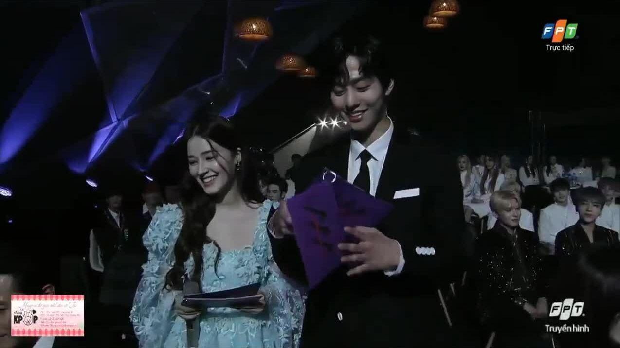 Nụ cười của Na Yeon tại AAA: Hình tượng là gì có ăn được không?