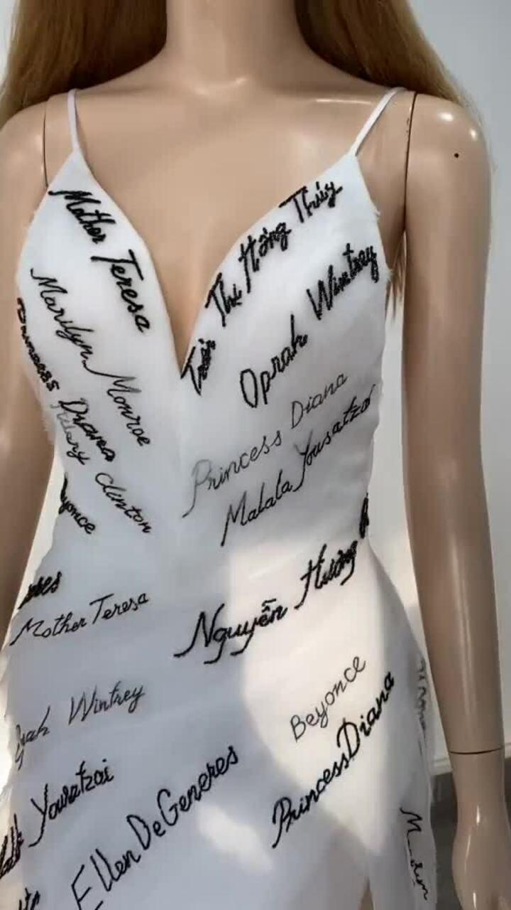 Thúy Vân mặc váy thêu tên mẹ tại bán kết HH Hoàn vũ VN