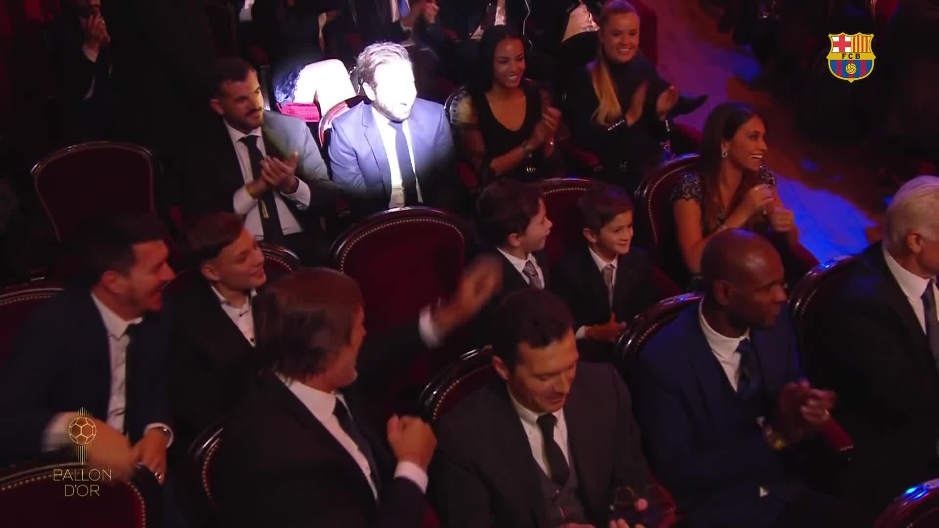 Hai quý tử ôm nhau chúc mừng Messi nhận Quả Bóng Vàng 2019