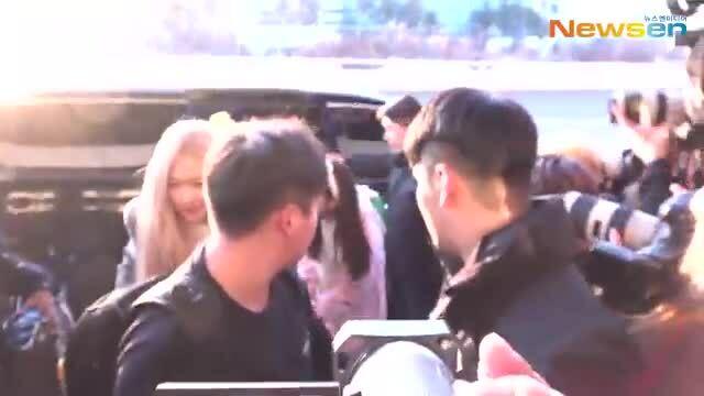 Ji Soo hóa thỏ, Jennie 'mất tích' ở sân bay