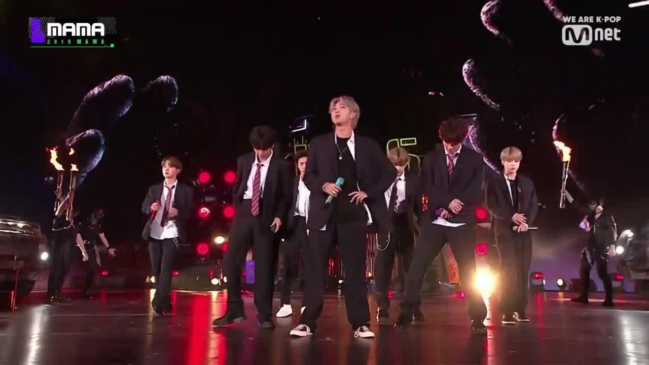 Sân khấu MAMA: BTS dựng tượng rắn, Twice bị Mamamoo lấn át