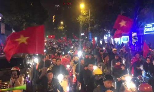 CĐV xuống đường 'đi bão' mừng Việt Nam vô địch SEA Games