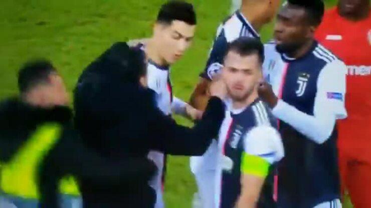 Ronaldo nổi đóa vì bị CĐV túm cổ