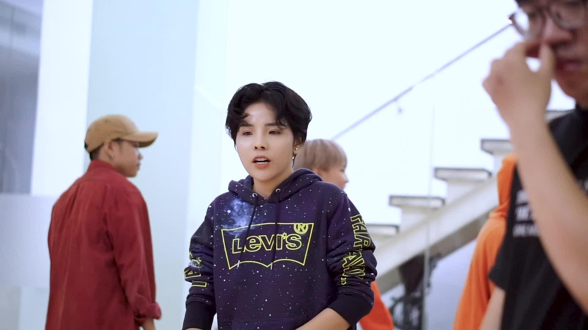 Fan lo lắng thấy Vũ Cát Tường cà nhắc tập luyện cho concert