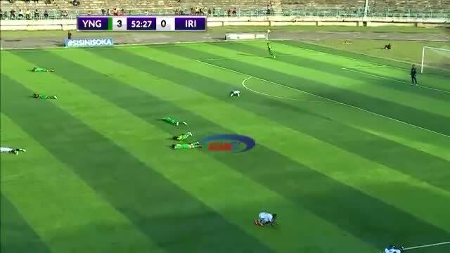 Cầu thủ nằm rạp xuống sân vì đàn ong tấn công