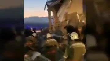 Máy bay chở 100 người đâm vào tòa nhà