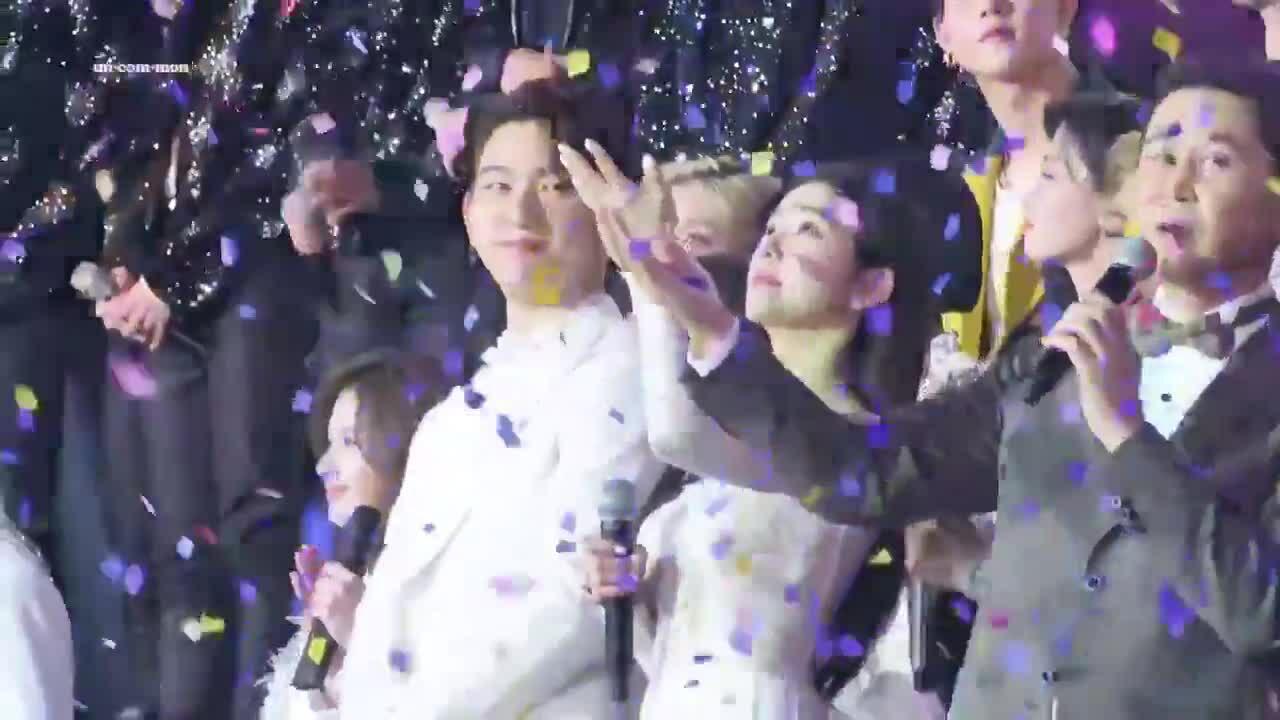 Irene đứng cạnh Jin Young mà fan cứ ngỡ 'đám cưới trong mơ'