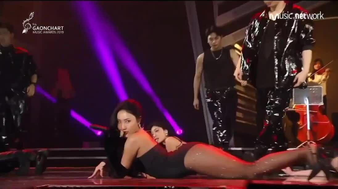 Hwasa suýt khóc trên sân khấu Gaon Chart Music Awards