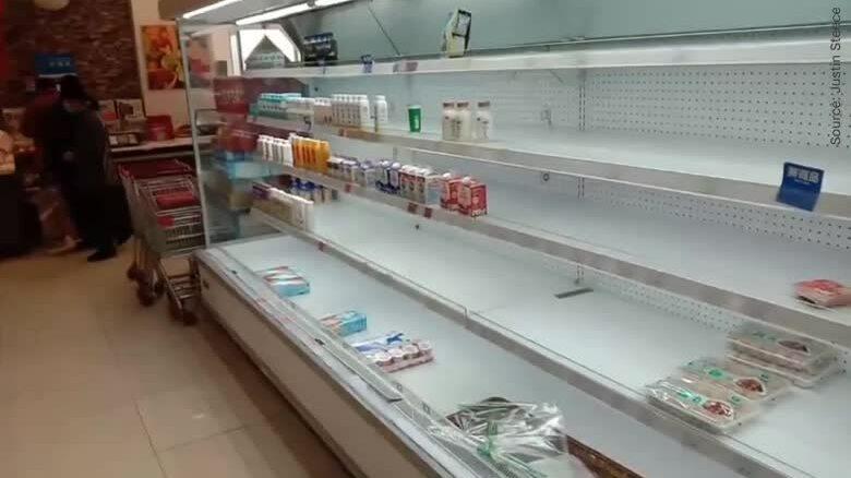 Kệ hàng ở siêu thị Vũ Hán trống trơn