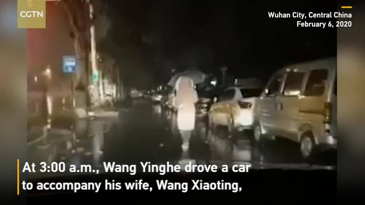Chồng rọi đèn cho bác sĩ Vũ Hán bị cách ly đi làm
