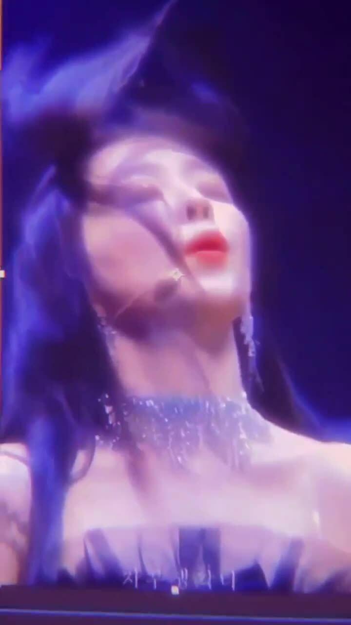 Idol Kpop bắt trend video cực hot: Ji Soo hay Twice đỉnh hơn?