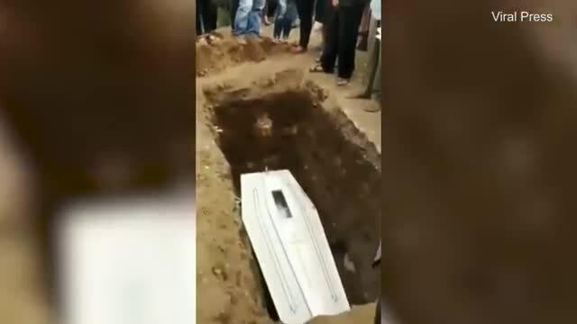 Kinh hoàng xác chết động đậy trong quan tài