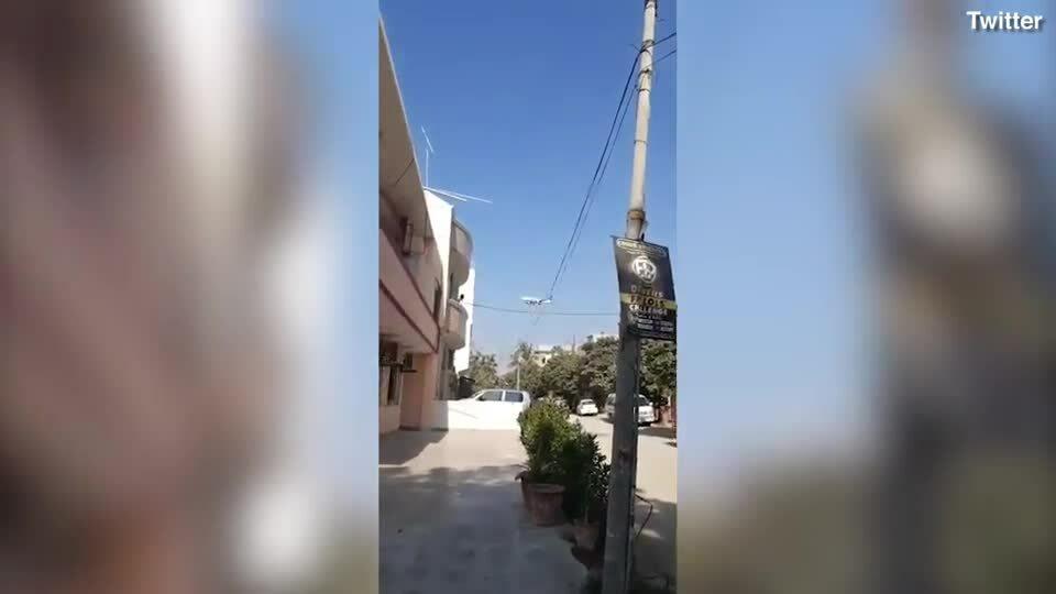 Khoảnh khắc máy bay mất lái rơi xuống khu dân cư ở Karachi