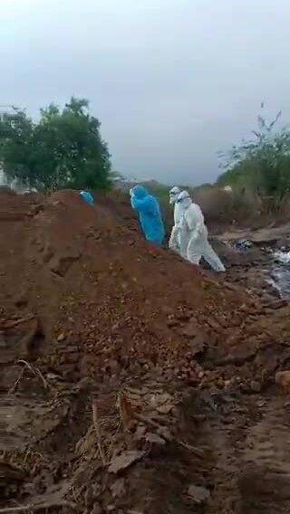 Thi thể nạn nhân Covid-19 bị vất xuống hố chôn ở Ấn Độ