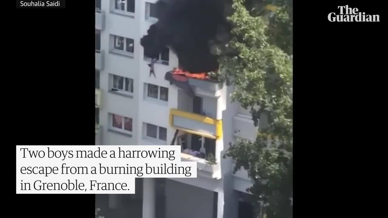 Cứu hai đứa trẻ rời từ tầng 3 chung cư đang cháy