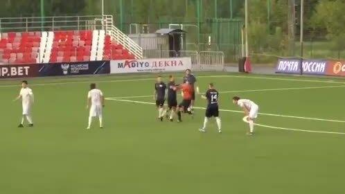 Cầu thủ sút thẳng vào mặt trọng tài vì bị ăn thẻ đỏ