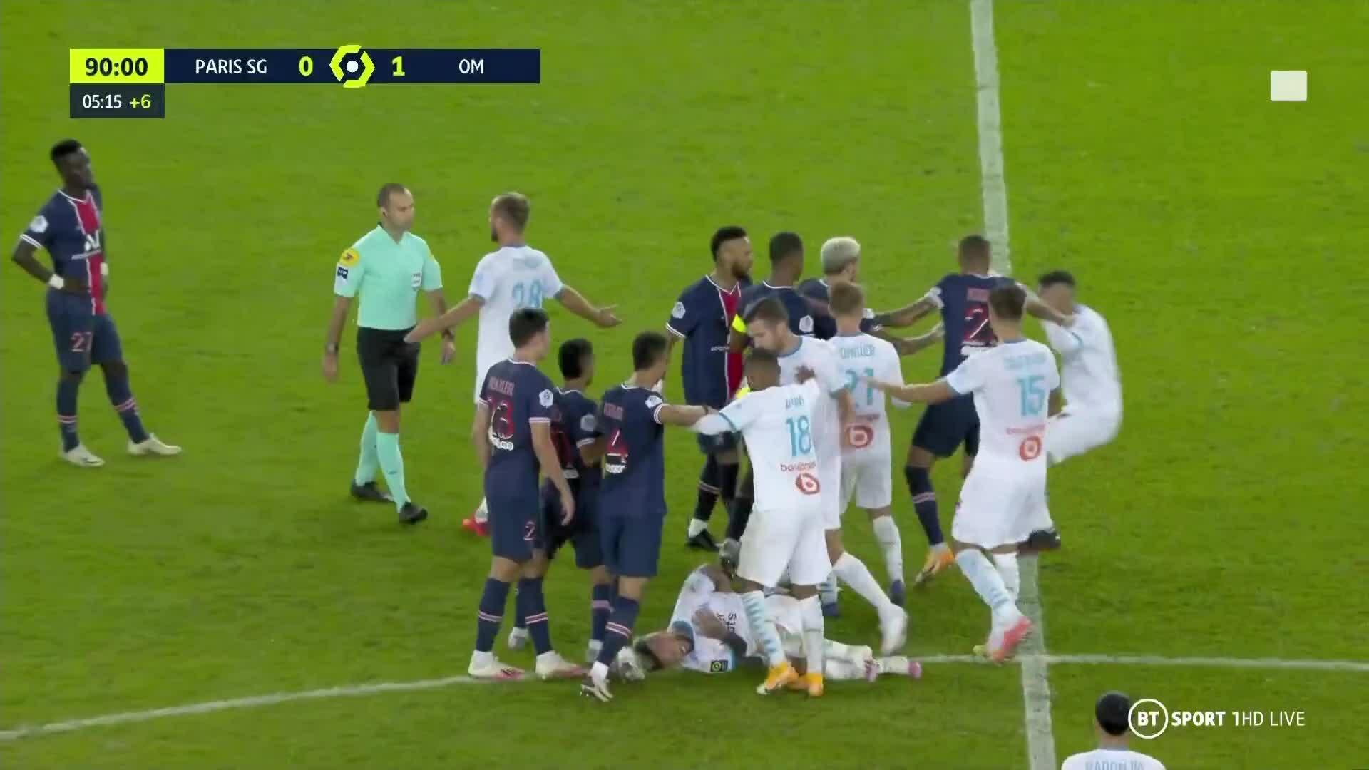 Cầu thủ PSG đánh nhau, trọng tài rút thẻ đỏ như phát lì xì