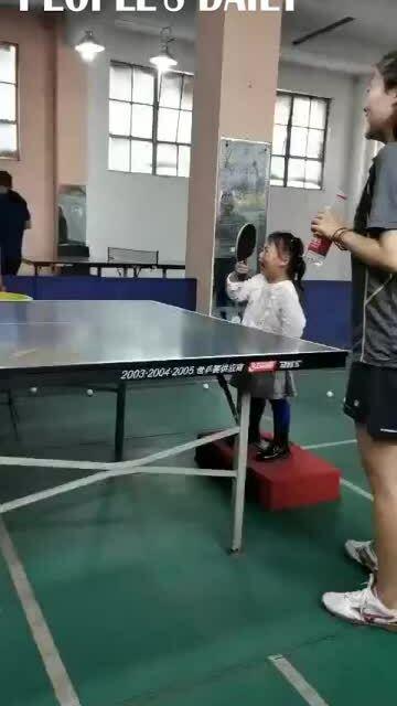 Bé gái 3 tuổi vừa khóc vừa chơi bóng bàn nhưng đánh không trượt phát nào