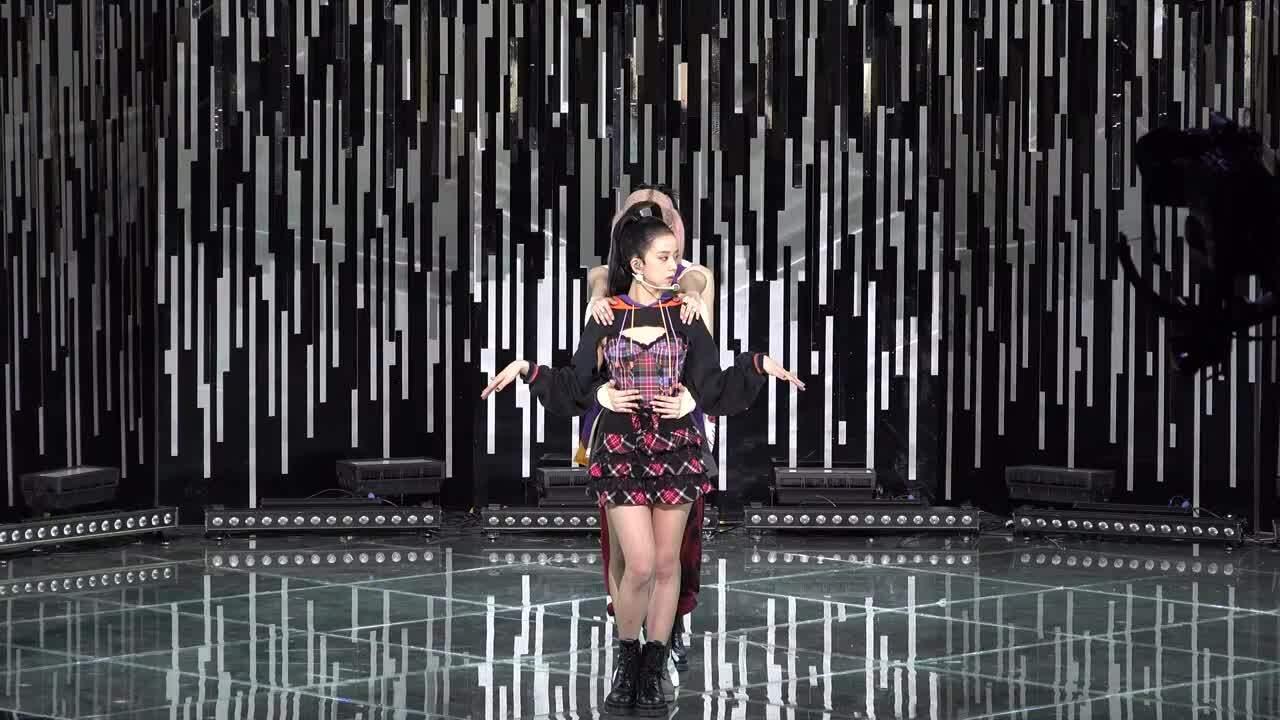Soi vũ đạo Black Pink: Lisa hút mắt, ba cô chị vụng về và sến súa?