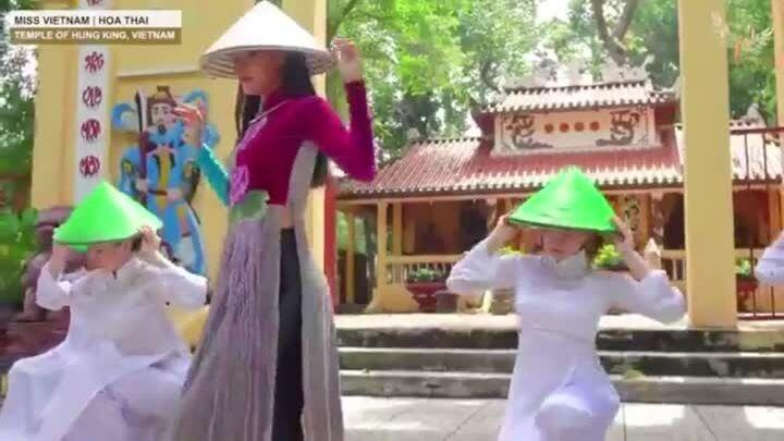 Thái Thị Hoa múa nón lá