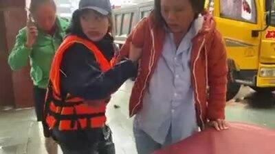 Xe cứu trợ của Hòa Minzy bị người dân ném đá vỡ kính