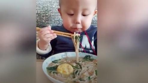 Bé trai 2 tuổi cầm đũa 'chuyên nghiệp' khiến người xem thích thú