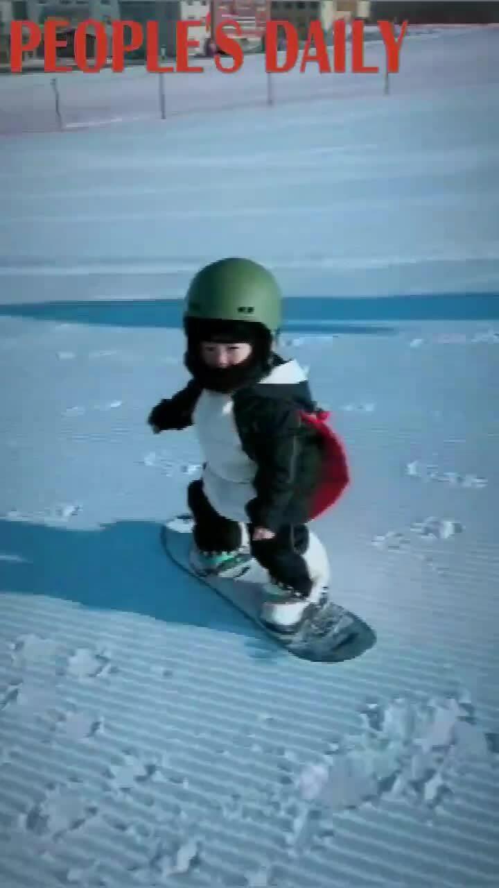 Em bé 21 tháng tuổi khiến người xem 'há hốc' với kỹ năng trượt tuyết đỉnh cao