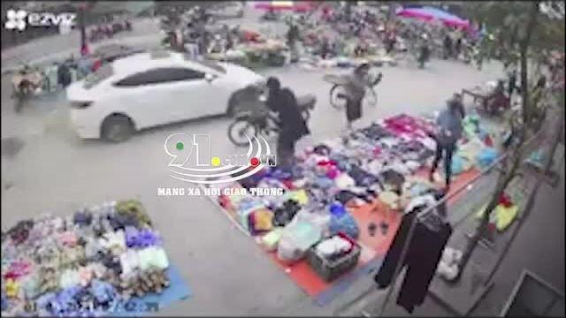 Clip 'ô tô điên' lao thẳng vào chợ dân sinh khiến nhiều người bị thương
