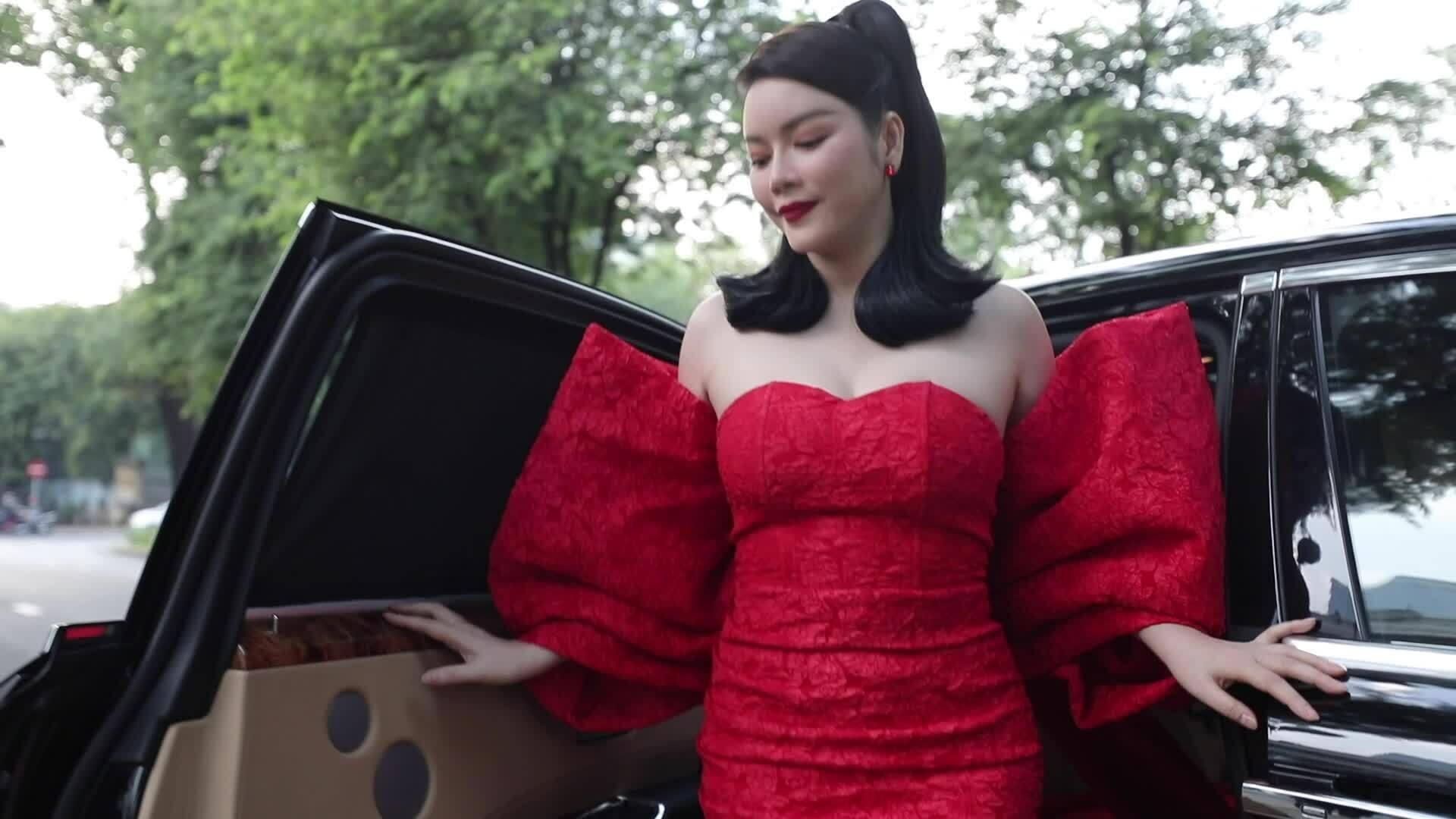 Dàn mỹ nhân đọ sắc với dress code đỏ rực ở show Vũ Ngọc và Son