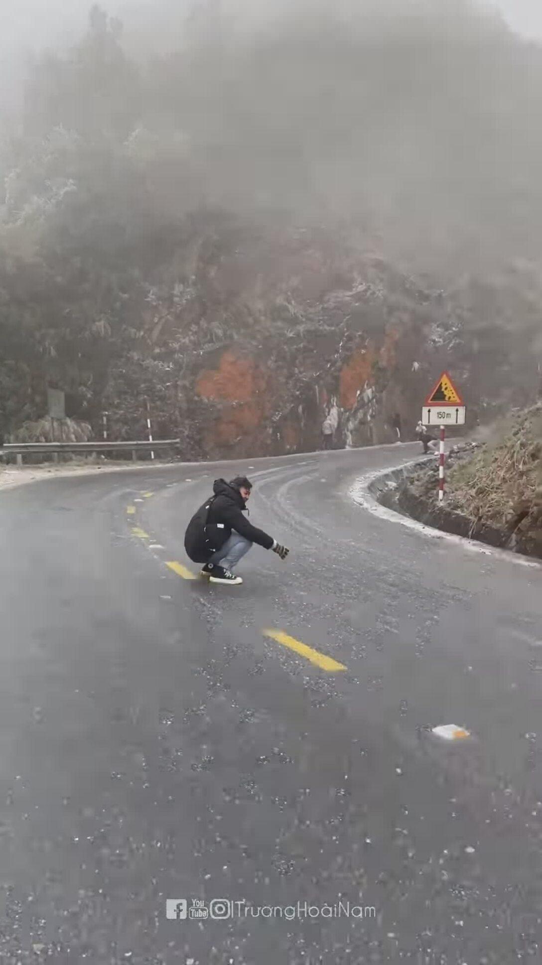 Người trẻ thích thú khi được 'trượt băng' ở Sapa