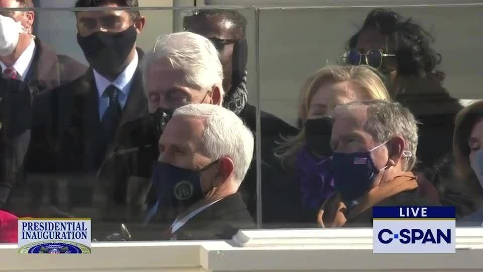 Bill Clinton 'ngủ gật', đeo khẩu trang bé xíu trong lễ nhậm chức của Joe Biden