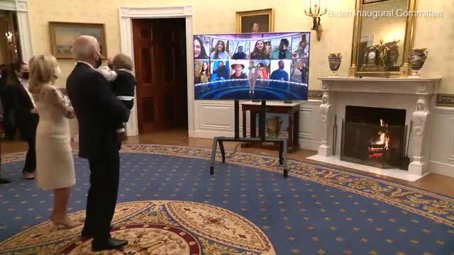 Cháu nội Beau, 8 tháng tuổi, người cháu nhỏ nhất được Tổng thống Biden bế trên tay gây chú ý vì vẻ đ