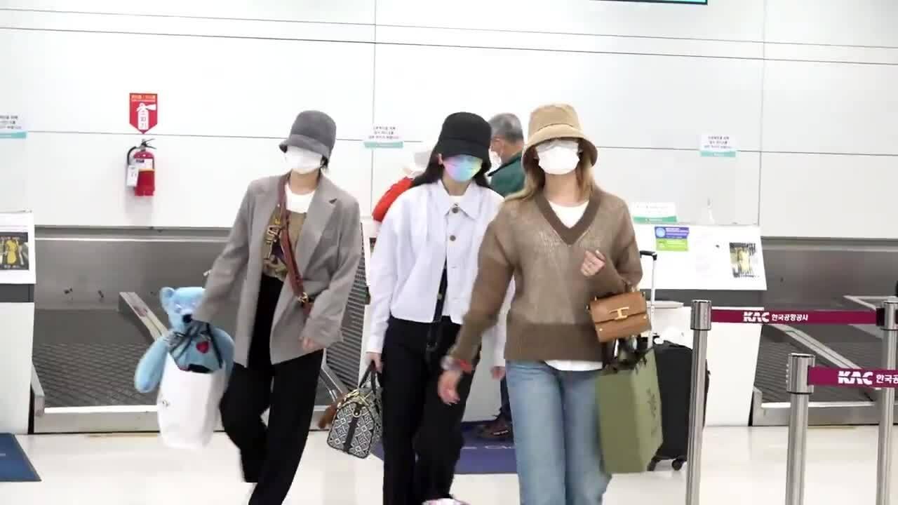 Twice ra sân bay: Sana và Na Yeon gây 'lú' vì 'không biết ai là ai'