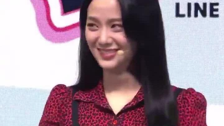 Ji Soo làm bình luận viên game: Nụ cười rạng rỡ nhưng diện mạo bị chê già